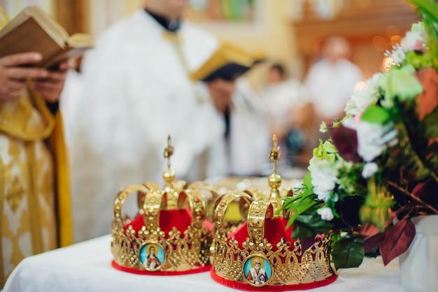 Atributos cerimoniais de casamento estão no altar de uma igreja