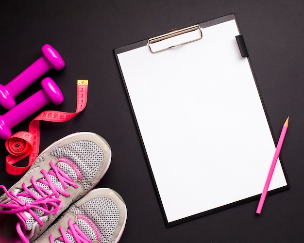 Atributos de esportes rosa leigos plana com prancheta