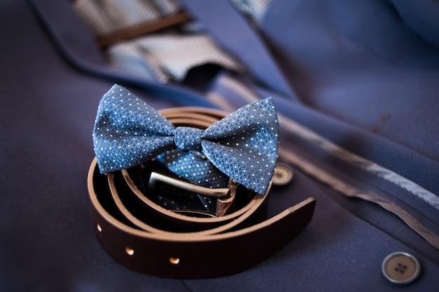 Atributos masculinos. terno, cinto, gravata.