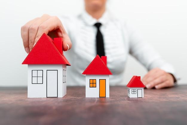 Atualize sua casa representada por uma senhora vestida de mulher de negócios apresentando planos de mudança de casa.