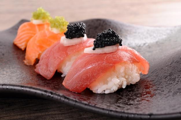 Atum e salmão sushi ajustado com caviar