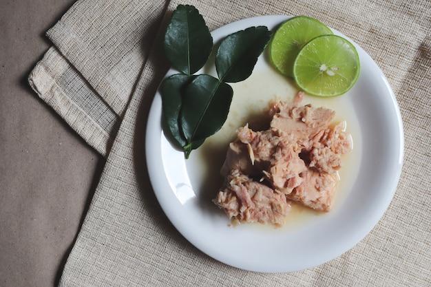 Atum em conserva, salada de atum, comida enlatada, refeições prontas
