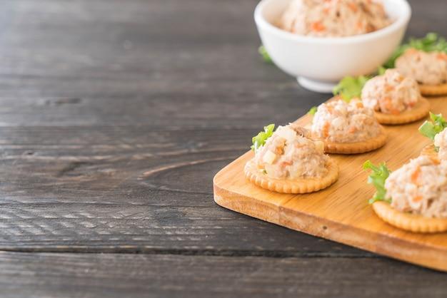 Atum espalhado com biscoito