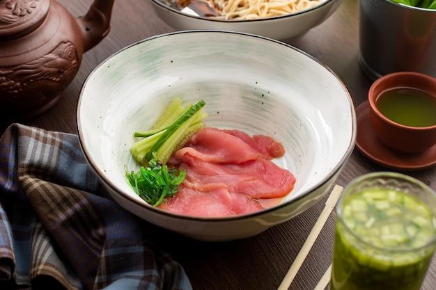 Atum fresco com pepino em um restaurante chinês