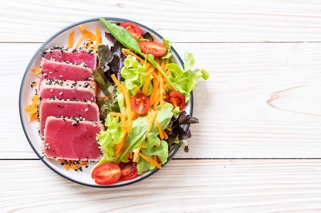 Atum fresco cru com salada de legumes