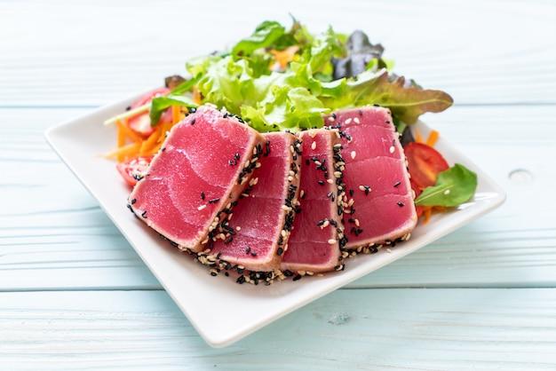 Atum fresco cru com salada de vegetais