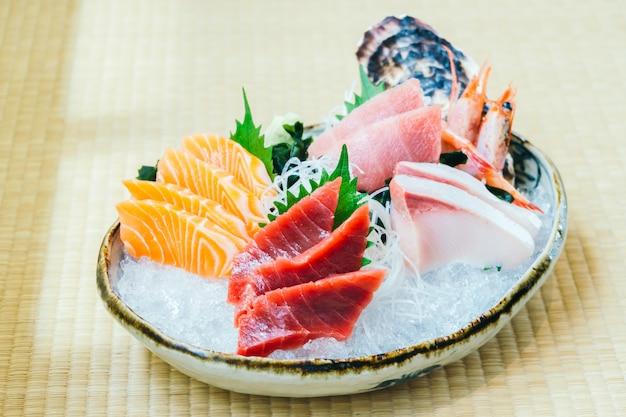 Atum salmão cru e fresco e outros peixes sashimi