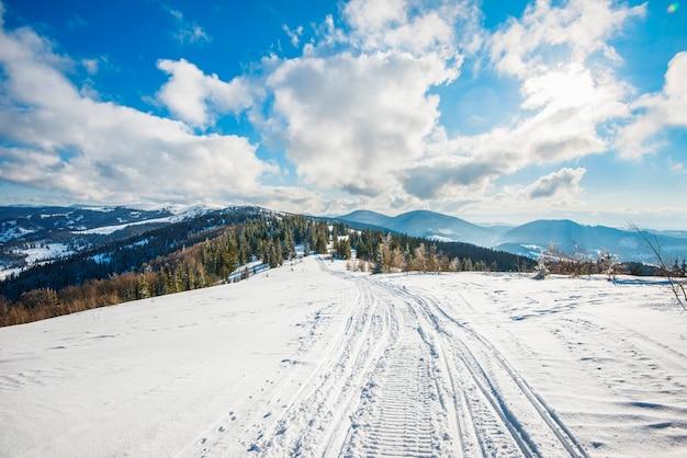 Atv e pistas de esqui na neve em um dia ensolarado de inverno gelado