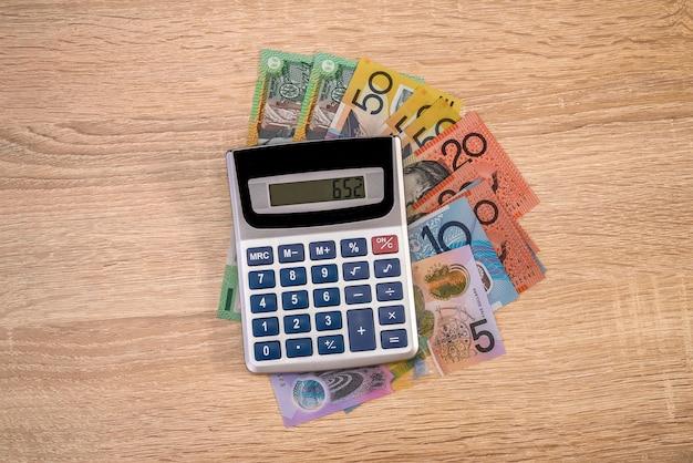 Aud dinheiro australiano com calculadora na mesa