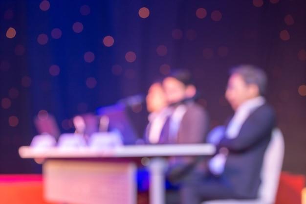 Audiência está ouvindo os palestrantes no palco na sala de conferências ou reunião seminário, negócios e conceito de educação
