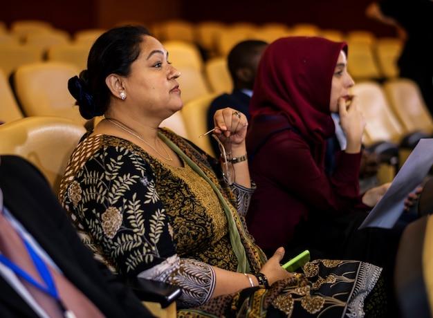 Audiência ouça apresentação conferência internacional