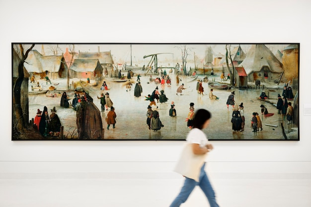 Audiência que aprecia exibição de arte