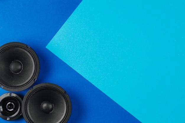 Áudio do carro, alto-falantes do carro, em uma mesa azul