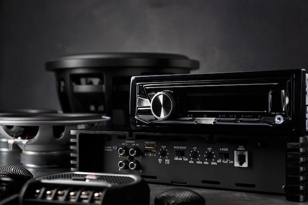 Áudio do carro, alto-falantes do carro, subwoofer e acessórios para ajuste.