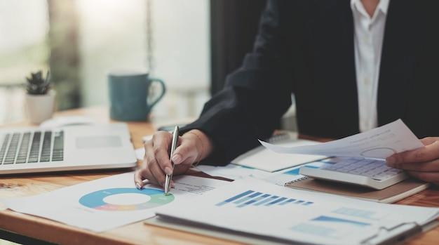 Auditor ou equipe de serviço de receita interna, mulheres de negócios que verificam as demonstrações financeiras anuais da empresa.
