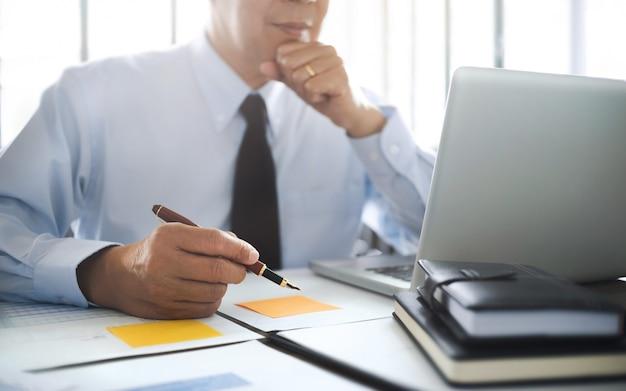 Auditor ou inspetor financeiro que trabalha no relatório de negócios