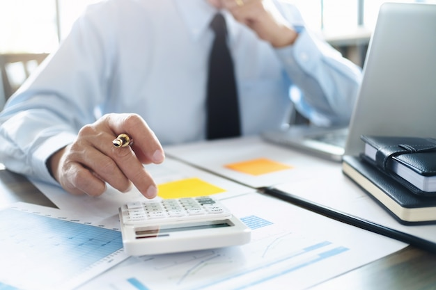 Auditor ou inspetor financeiro trabalhando no relatório de negócios