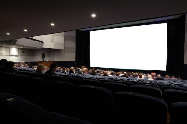 Auditório de cinema com as pessoas.