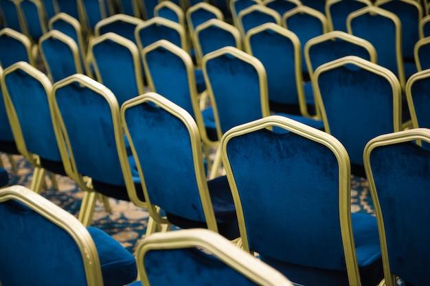 Auditório vazio de cinema ou teatro, cadeiras antes da reunião