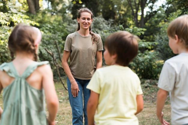 Aula ao ar livre para crianças e professores
