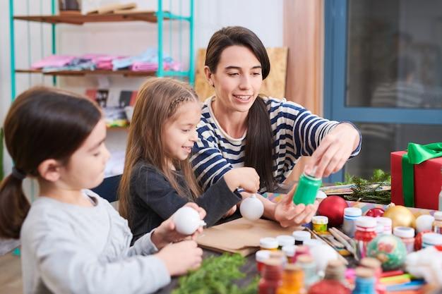 Aula de arte e artesanato no natal