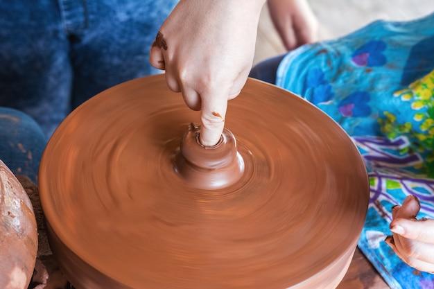 Aula de cerâmica no festival de artesanato popular uma criança aprende a fazer cerâmica