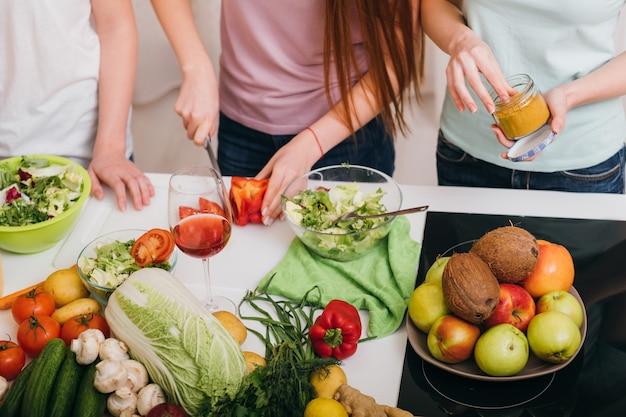 Aula de culinária para mulheres. refeição vegetariana. receita especial. variedade de frutas e vegetais frescos.