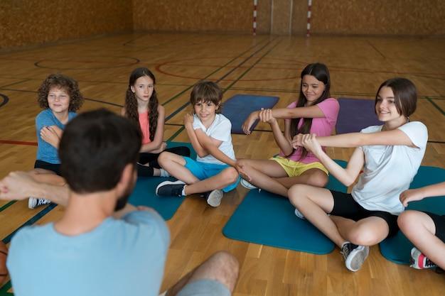 Aula de educação física tiro médio