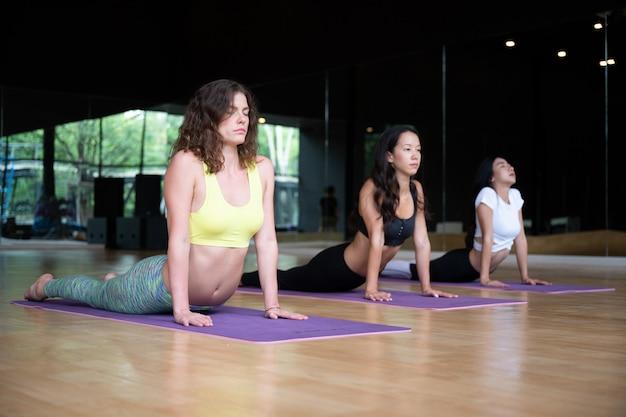 Aula de exercícios de prática de ioga na academia