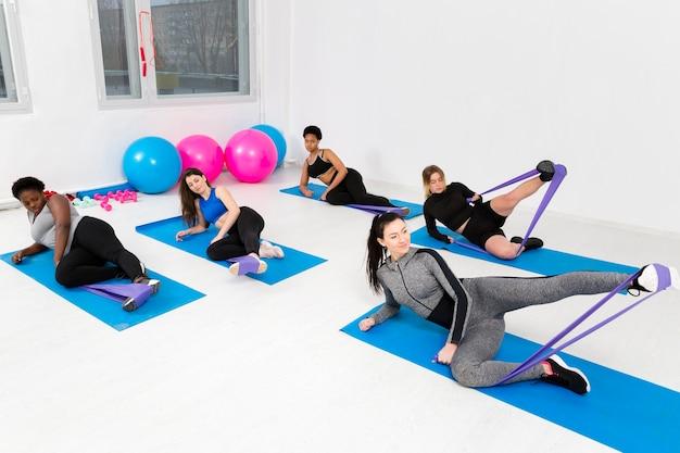 Aula de fitness com mulheres exercitando