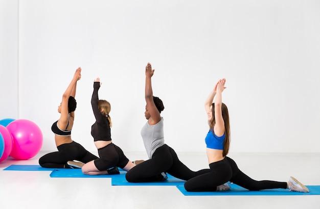 Aula de fitness com mulheres praticando