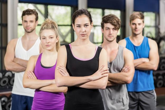 Aula de fitness com os braços cruzados no ginásio