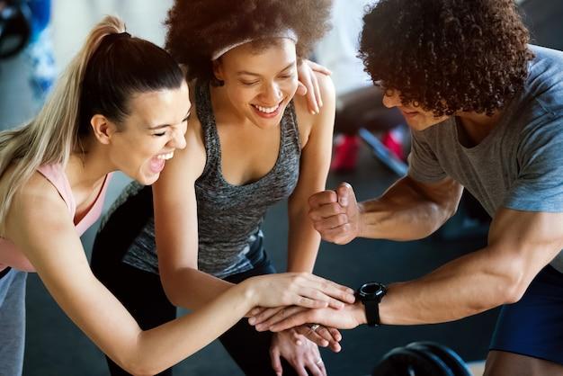 Aula de fitness feliz e bem-sucedida após o treino em uma academia moderna