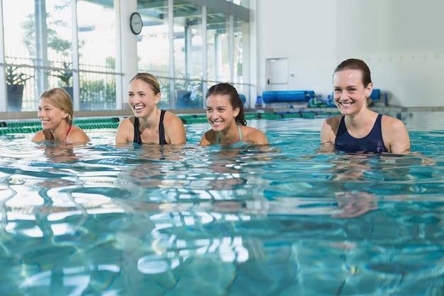 Aula de fitness feminino fazendo hidroginástica