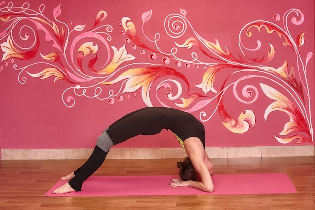 Aula de fitness ou ioga, mulher esportiva fazendo exercícios na academia