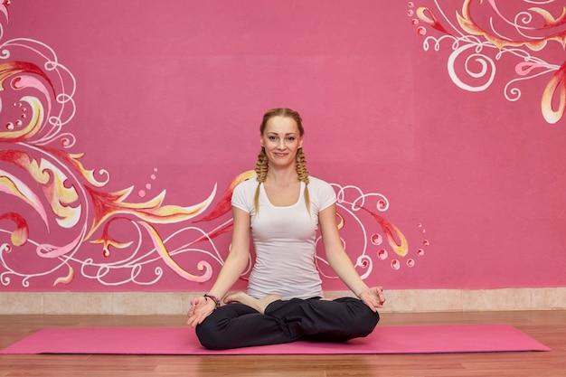 Aula de fitness ou yoga, esporte mulher fazendo exercício no ginásio