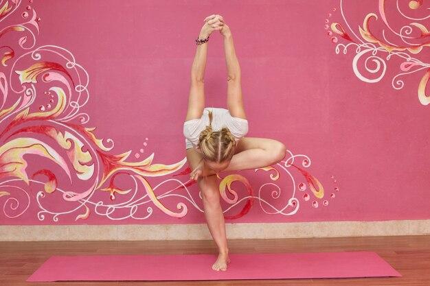 Aula de fitness ou yoga, mulher fazendo exercício