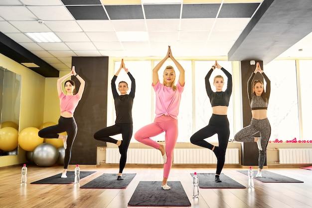 Aula de ioga em grupo