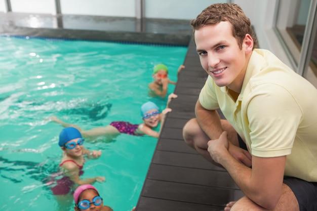 Aula de natação bonito ouvir o treinador