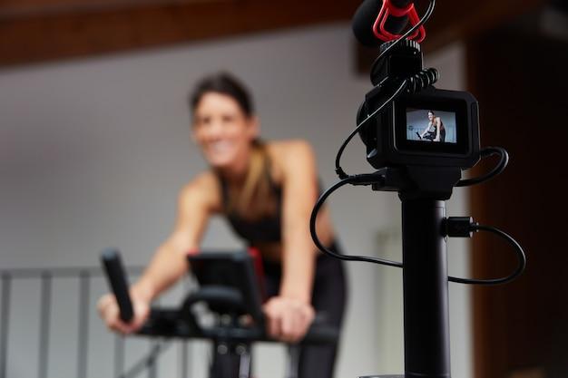 Aula de spinning de gravação de vlogger