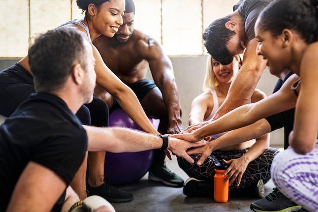 Aula de treino em grupo no ginásio