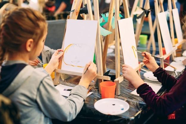 Aula em grupo de desenho. as crianças aprendem a desenhar na sala de aula.