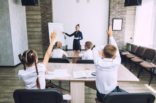 Aula escolar com alunos e professor em que há uma divertida aula informativa