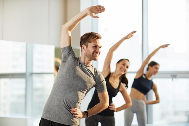 Aula geral de ioga para homens e mulheres