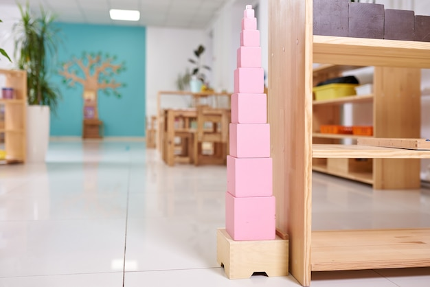 Aula leve no jardim de infância montessori.