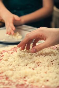 Aula magistral sobre como cozinhar pizza em uma pizzaria