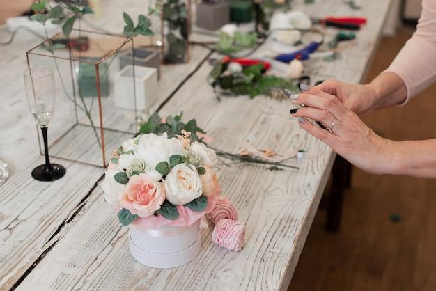 Aula magistral sobre como fazer buquês. buquê de verão. aprendendo arranjos de flores, fazendo lindos buquês com suas próprias mãos
