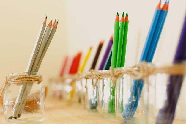 Aula na escola montessoriana de arte e desenho com tintas coloridas