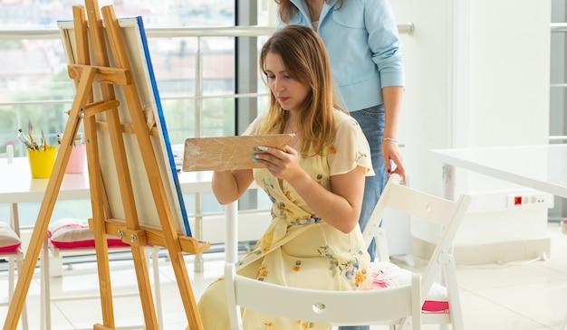 Aulas de arte pintando cursos de desenho habilidades imaginação e inspiração closeup de aluno encantador
