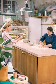Aulas de culinária. empreendedor de cabelos loiros devendo padaria fazendo um vídeo de aulas de culinária online